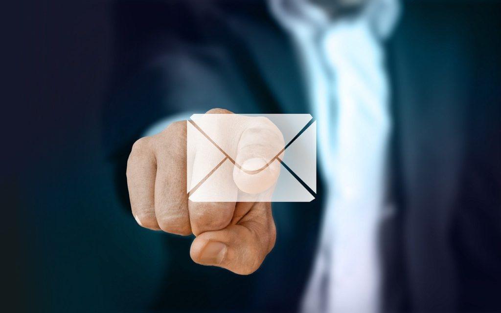 メールを送るビジネスマン