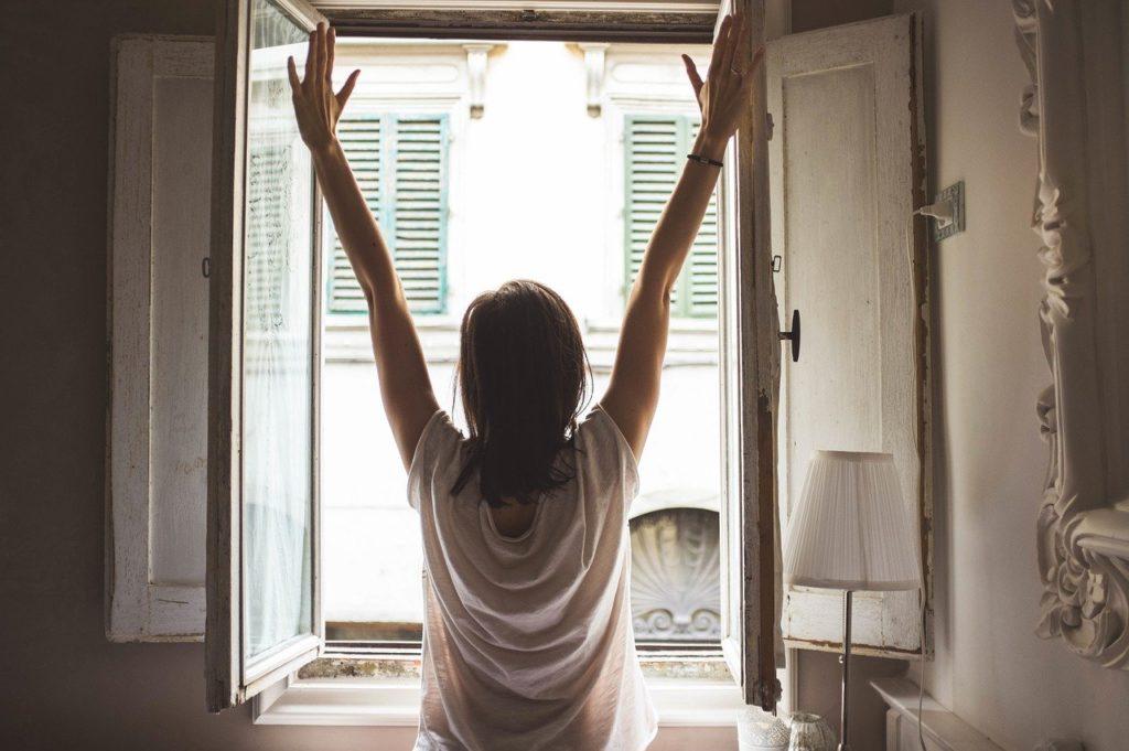 朝に起きた女性