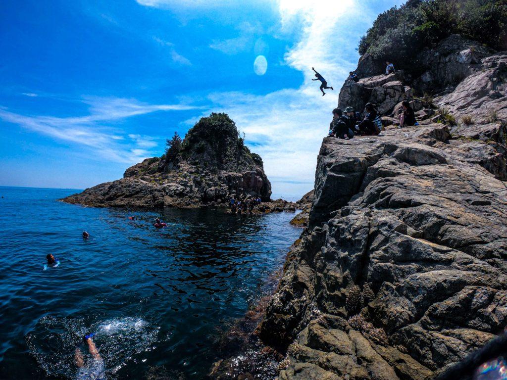 崖から海への飛び込み